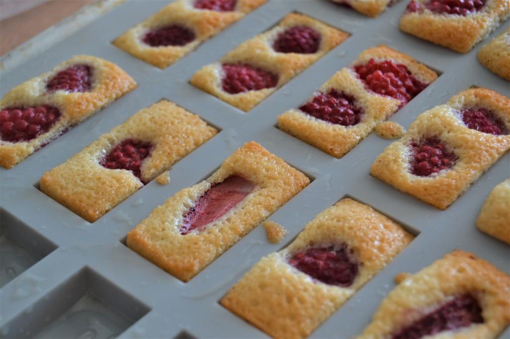 Une image contenant alimentation, assiette, gâteau, table  Description générée automatiquement